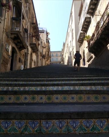 La mattonella, la gentilezza e la storia